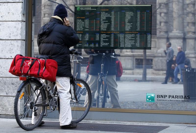 © Reuters. Milano, il listino di borsa sulla vetrina di una banca