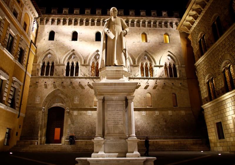 © Reuters. La sede centrale di Monte dei Paschi a Siena