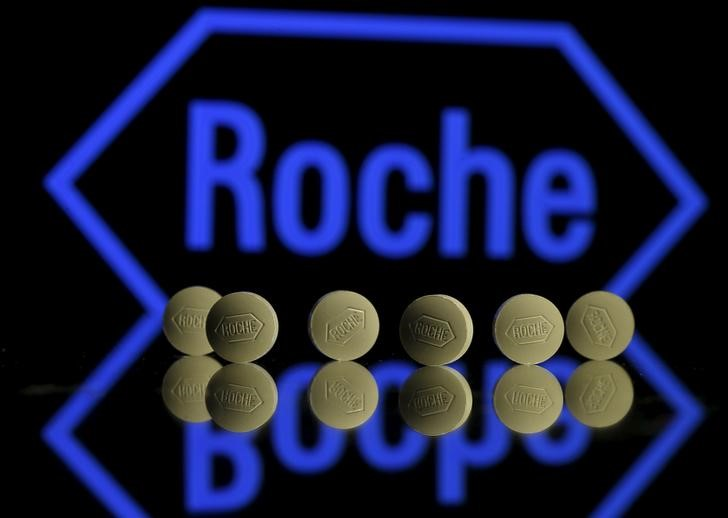 © Reuters. File photo of Roche tablets positioned in front of a displayed Roche logo