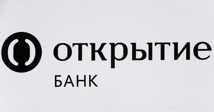 © Reuters. Логотип банка Открытие на рекламе в Москве