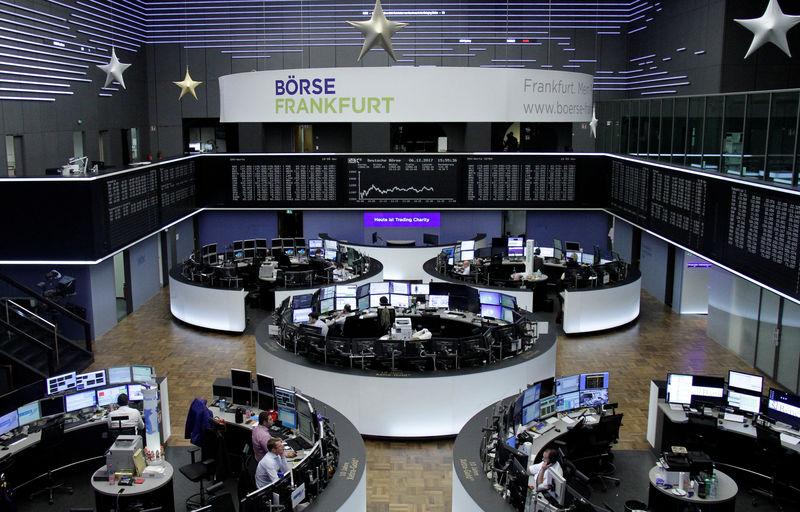 © Reuters. Las bolsas europeas suben a media sesión del jueves tras el respiro de las tecnológicas, Steinhoff se colapsa