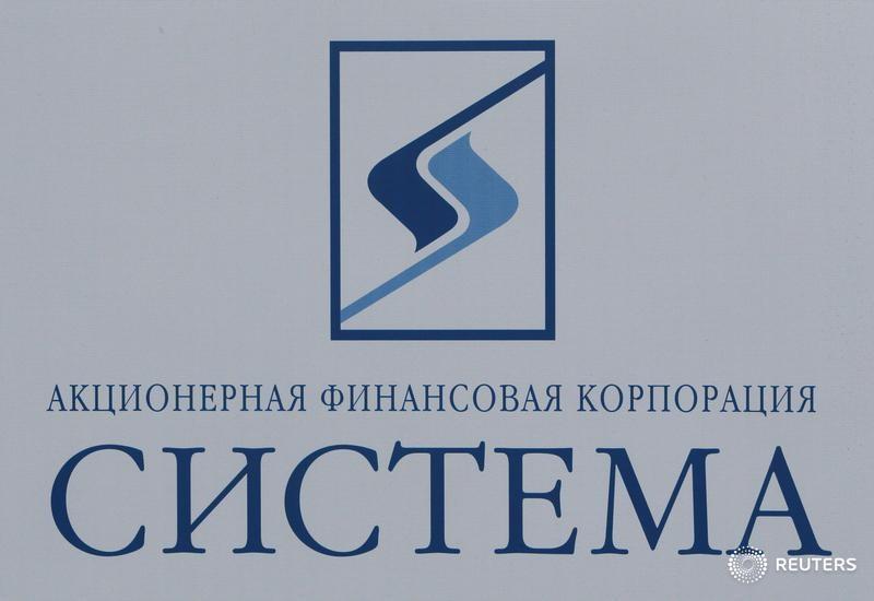 © Reuters. Логотип АФК Система на форуме в Санкт-Петербурге