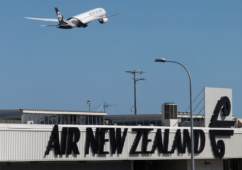 © Reuters. FILE PHOTO: An Air New Zealand Boeing Dreamliner 787 takes off from Auckland Airport in New Zealand