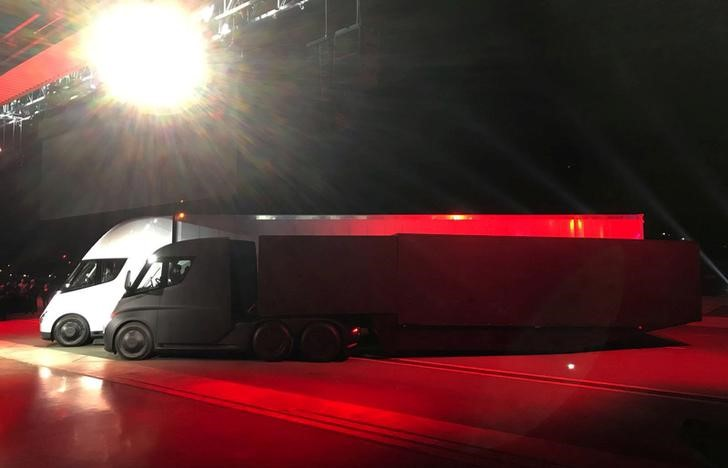 © Reuters. FILE PHOTO - Tesla's new electric semi truck is unveiled during a presentation in Hawthorne