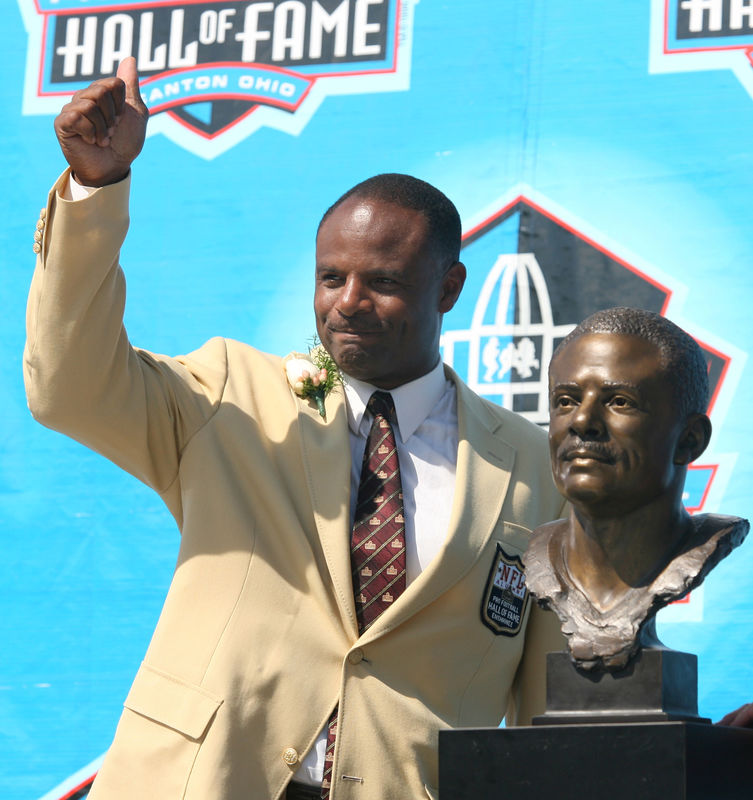 © Reuters. FILE PHOTO: Warren Moon waves to the crowd after his induction into Pro Football Hall of Fame in Canton