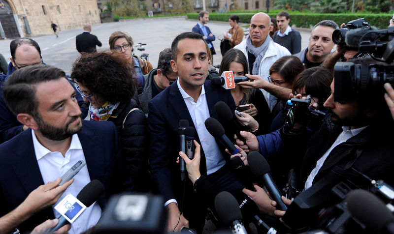 © Reuters. FILE PHOTO: 5-Star Movement leader Luigi Di Maio speaks with media prior to a rally for a regional election in Palermo
