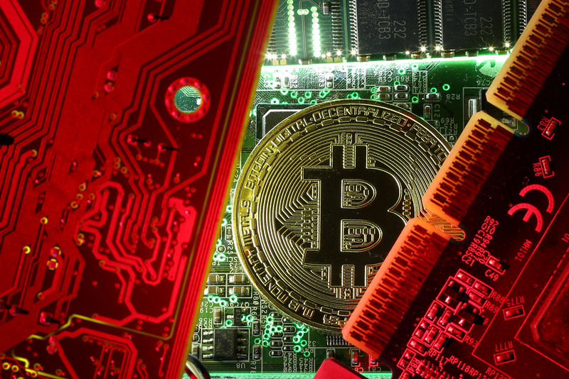 © Reuters. FILE PHOTO: A coin representing the bitcoin cryptocurrency is seen on computer circuit boards in this illustration picture