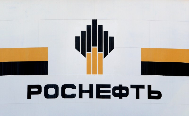© Reuters. FILE PHOTO - The logo of Russia's Rosneft oil company is pictured at the central processing facility of the Rosneft-owned Priobskoye oil field outside the West Siberian city of Nefteyugansk