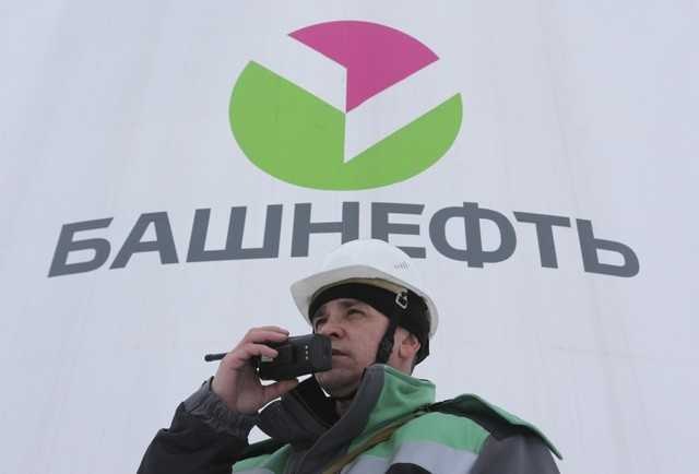© Reuters. FILE PHOTO - A worker speaks on the radio at an oil gathering facility owned by Bashneft company near Shushnur