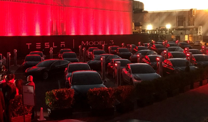 © Reuters. FILE PHOTO: Tesla Model 3 cars wait for their new owners as they come off the Fremont factory's production line during an event at the company's facilities in Fremont