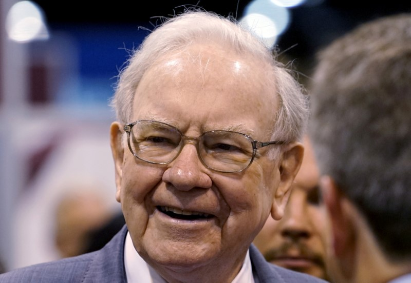© Reuters. FILE PHOTO: Berkshire Hathaway CEO Buffett talks to reporters prior to the Berkshire annual meeting in Omaha