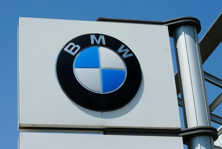 © Reuters. FILE PHOTO: A BMW logo is seen at a car dealership in Vienna