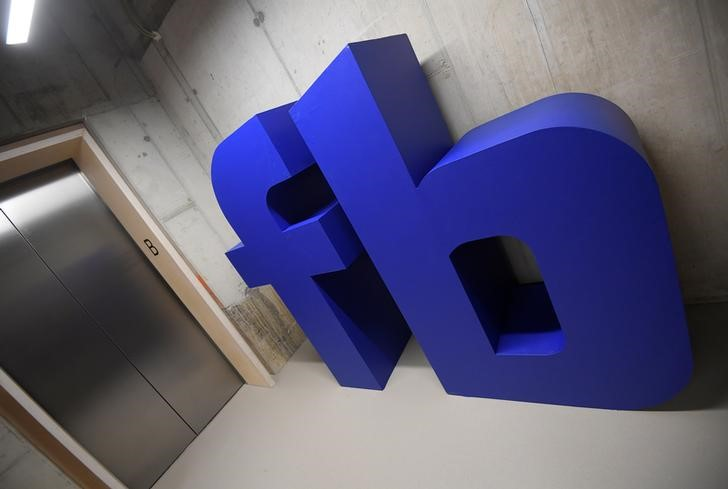 © Reuters. FILE PHOTO: A giant logo is seen at Facebook's headquarters in London