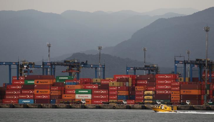 © Reuters. Conteineres são vistos no porto de Santos, Brasil