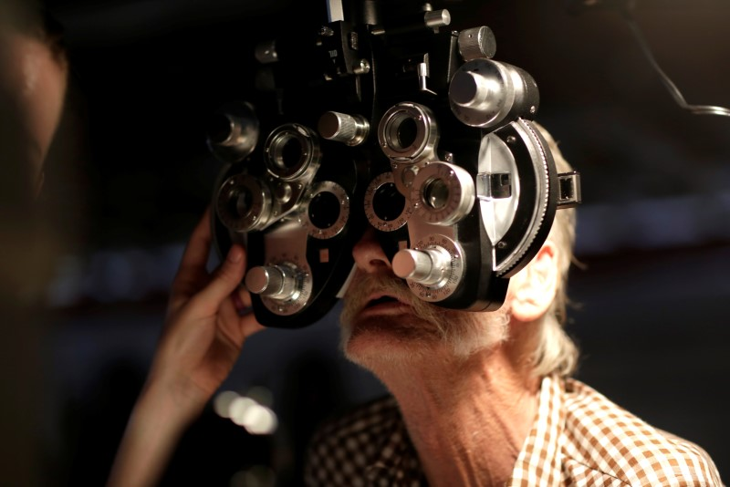 © Reuters. A man receives an eye exam