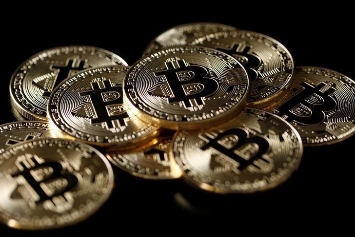 © Reuters. Ilustrações da moeda virtual bitcoin