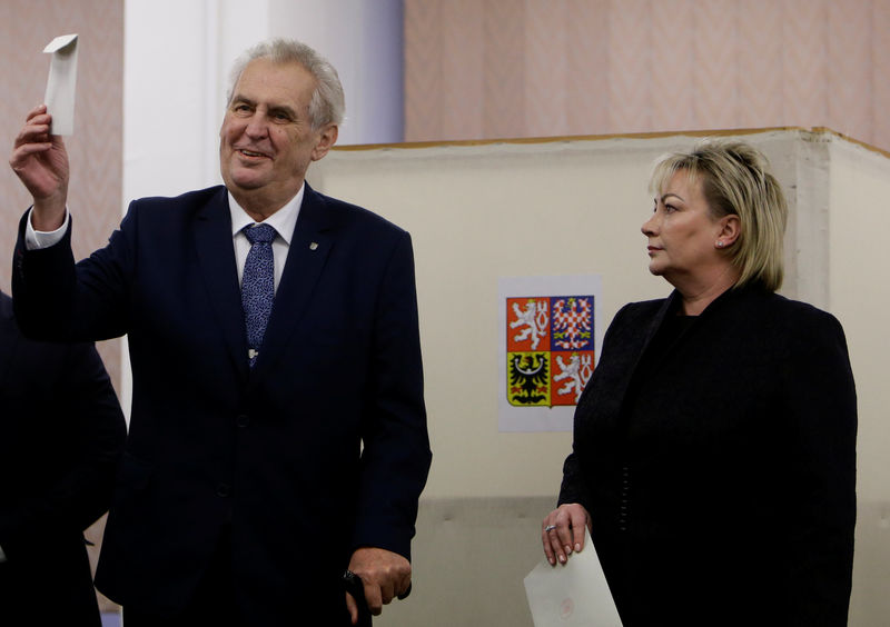 © Reuters. Czech President Milos Zeman and his wife Ivana cast their votes during the country's direct presidential election at a polling station in Prague