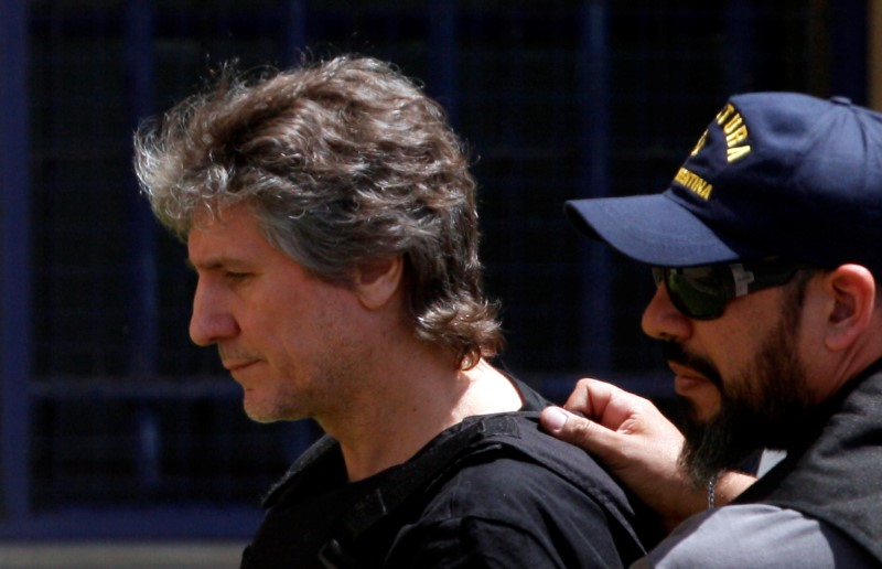 © Reuters. Former Argentine Vice President Amado Boudou is escorted by a member of Argentina's Coastguards as he arrives to a Federal Justice building in Buenos Aires