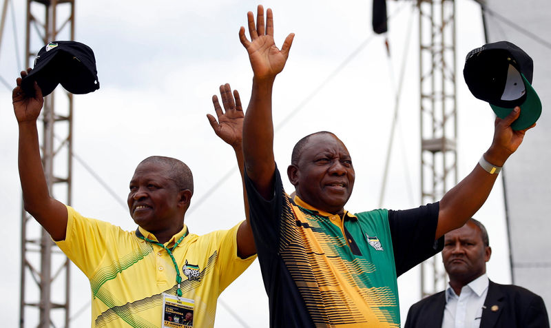 © Reuters. President of the ANC Cyril Ramaphosa and his deputy David Mabuza wave to supporters ahead of the ANC's 106th anniversary celebrations in East London