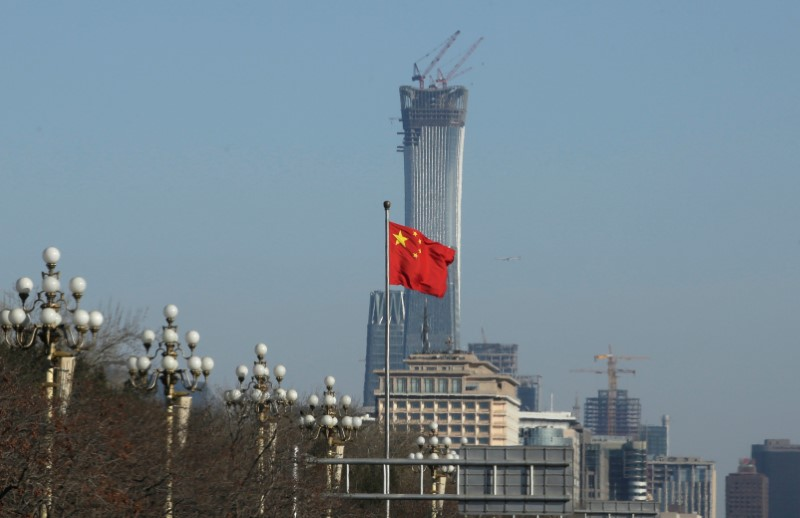 © Reuters. A Chinese flag flutters at Xinhuamen Gate of Zhongnanhai leadership compound in central Beijing
