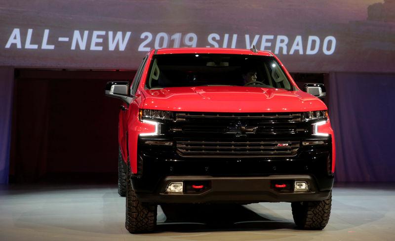 © Reuters. General Motors debuts its 2019 Chevrolet Silverado pick-up truck at Eastern Market in Detroit,