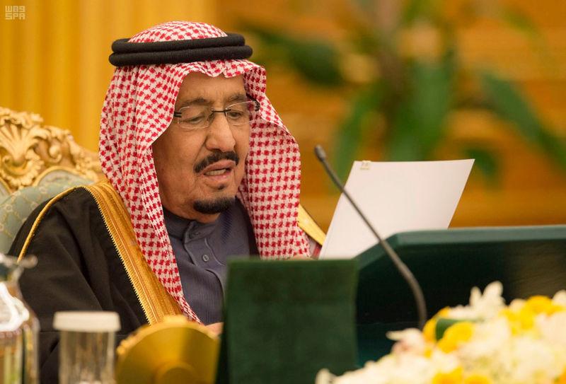 © Reuters. Saudi Arabia's King Salman bin Abdulaziz Al Saud speaks as he approves 2018 budget during a cabinet meeting, in Riyadh