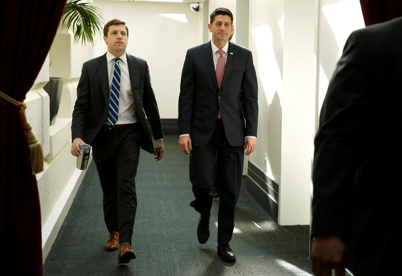 © Reuters. Speaker of the House Paul Ryan (R-WI) walks form a House Republican caucus meeting after President Donald Trump and the U.S. Congress failed to reach a deal on funding for federal agencies in Washington