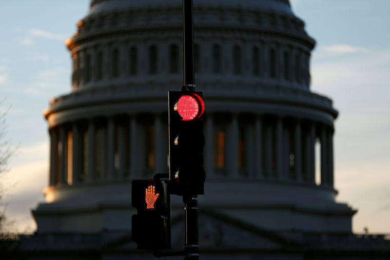 © Reuters. A traffic light shines red after President Donald Trump and the U.S. Congress failed to reach a deal on funding for federal agencies in Washington