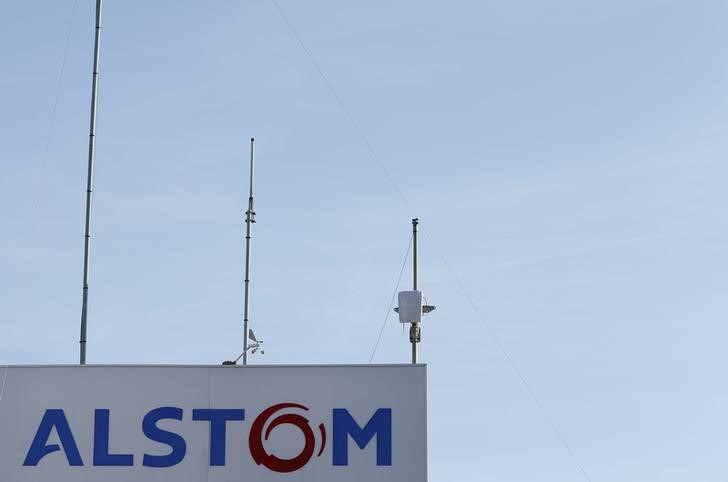© Reuters. FILE PHOTO: The logo of French engineering group Alstom is seen at the plant in Aytre near La Rochelle