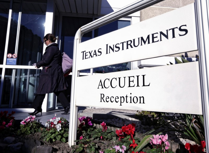 Texas Instruments égale le consensus; l'action recule