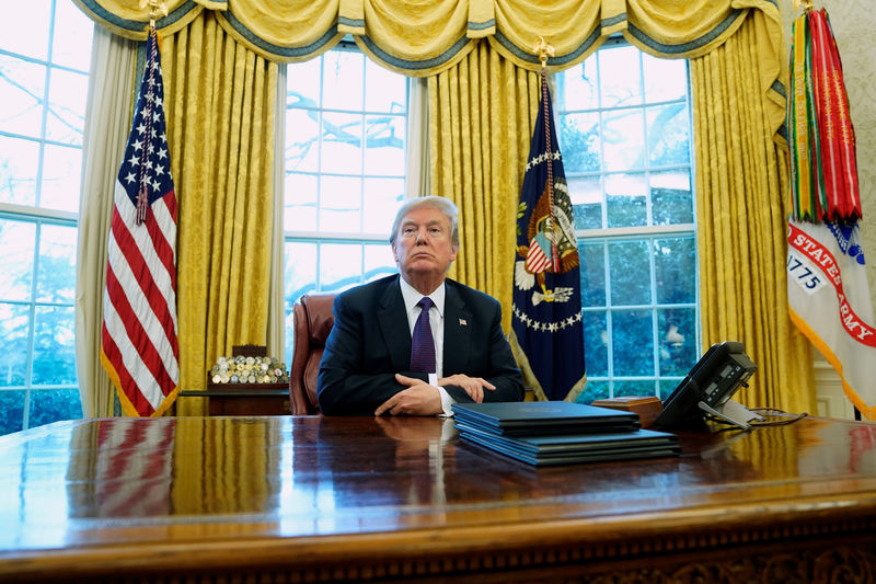 © Reuters. Trump signs directives to impose tariffs on washing machines and solar panels in the Oval Office at the White House in Washington