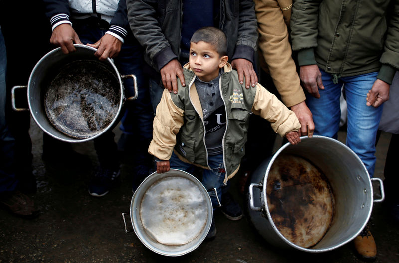 © Reuters. A Palestinian boy holds cooking pots during a protest against aid cuts, outside United Nations' offices in Gaza City