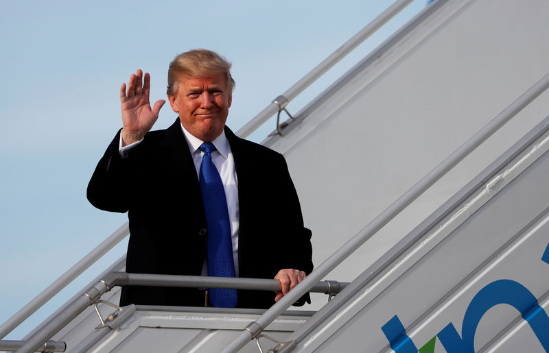 © Reuters. U.S. President Donald Trump waves as he arrives in Zurich