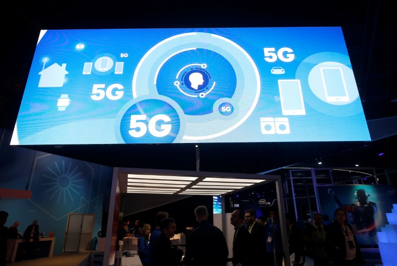 © Reuters. FILE PHOTO - A video promotes the 5G mobile wireless standard at the Qualcomm booth during the 2017 CES in Las Vegas