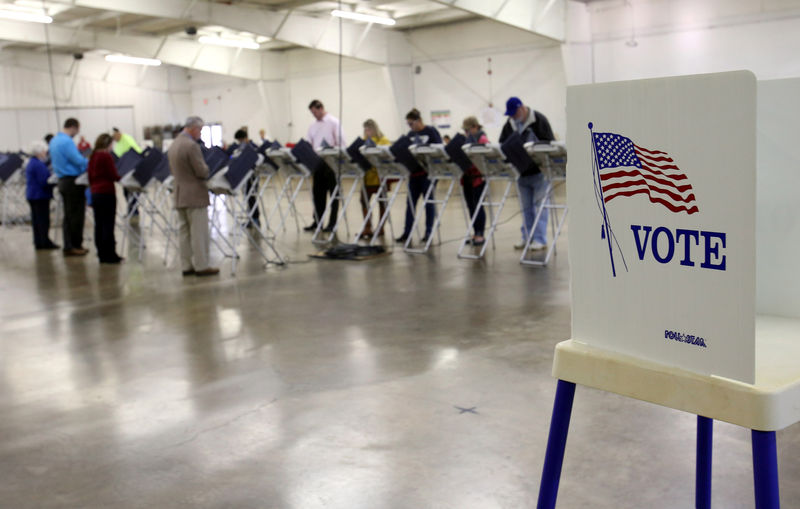 © Reuters. FILE PHOTO: Voters cast their votes during the U.S. presidential election in Ohio