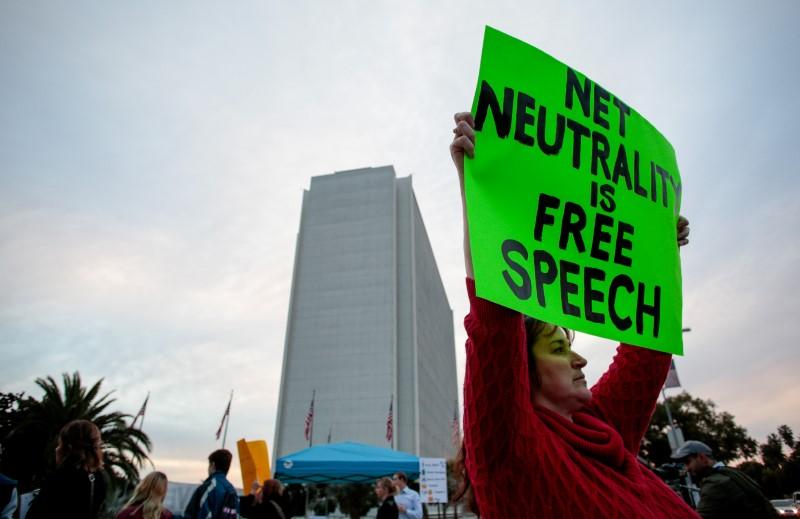© Reuters. FILE PHOTO - Supporters of Net Neutrality protest the FCC's recent decision to repeal the program in Los Angeles