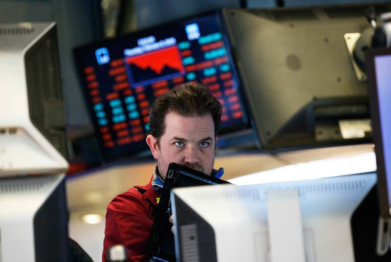 © Reuters. A trader reacts near the end of the day on the floor of the New York Stock Exchange in New York