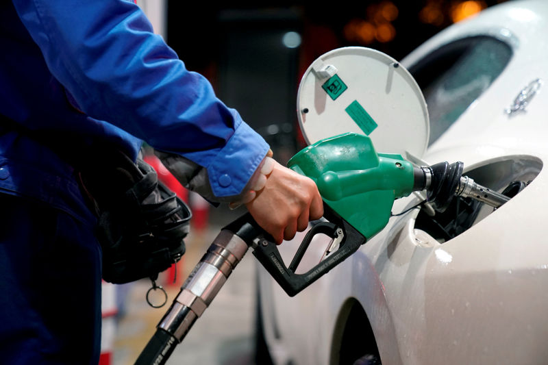 © Reuters. FILE PHOTO: A gas station attendant pumps fuel into a customer's car at a gas station in Shangha