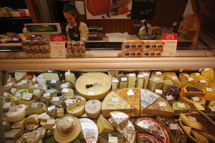 © Reuters. Витрина с сырами в московском магазине