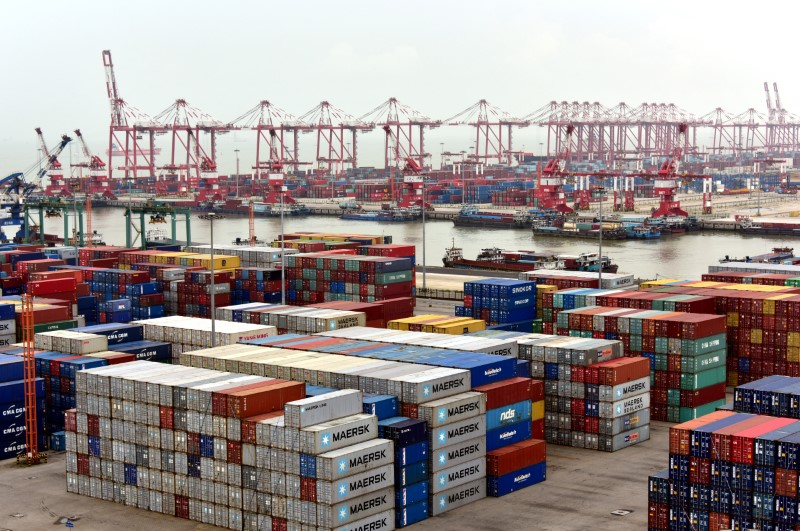© Reuters. Shipping containers are seen at Nansha terminal of Guangzhou port, in Guangdong