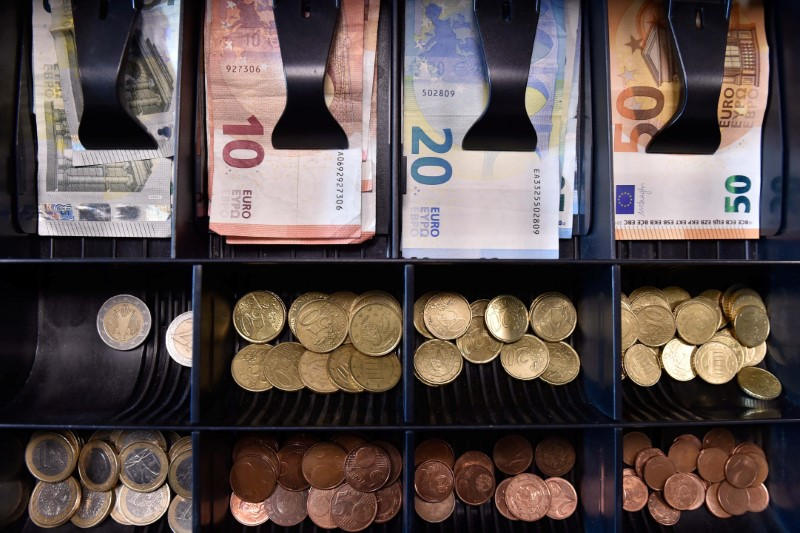 © Reuters. Euro banknotes and coins are displayed in a shop in Brussels