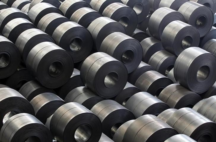 © Reuters. FILE PHOTO - Rolled steel are seen at a Hyundai Steel plant in Dangjin