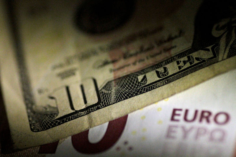 © Reuters. FILE PHOTO:Illustration photo of U.S. Dollar and Euro notes