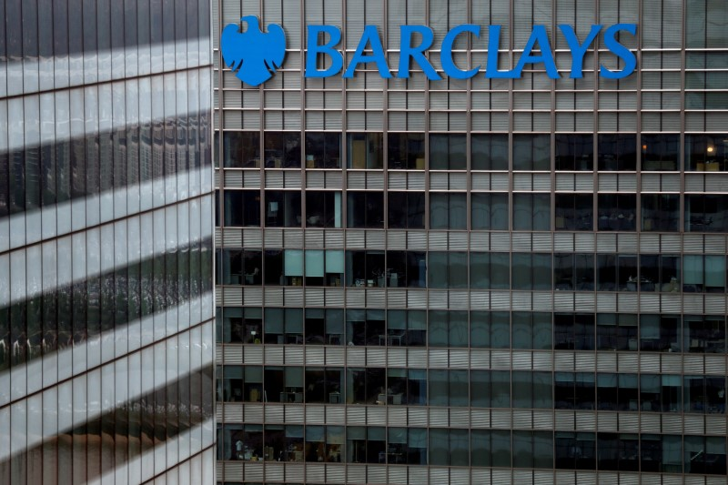 © Reuters. caFILE PHOTO: A Barclays bank building is seen at Canary Wharf in London