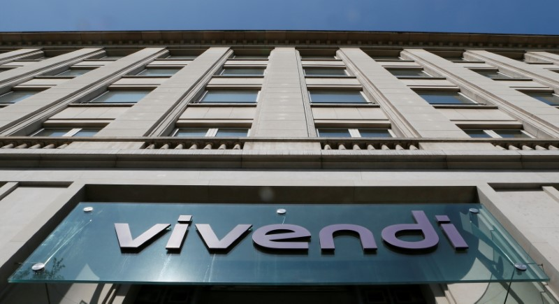 © Reuters. FILE PHOTO:A logo is seen over the main entrance of the entertainment-to-telecoms conglomerate Vivendi's headquarters in Paris