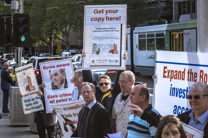 © Reuters. Protesters rally outside the Commonwealth Law Courts Building in Melbourne
