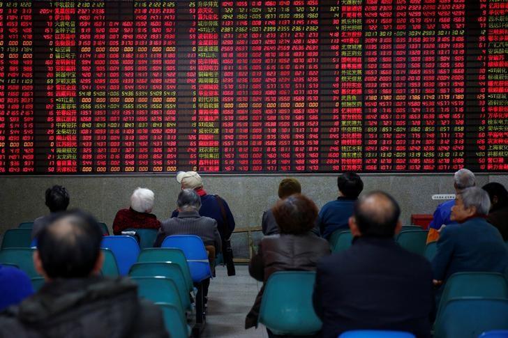 © Reuters. Investidor observa dados de ações em casa de corretagem em Xangai, na China