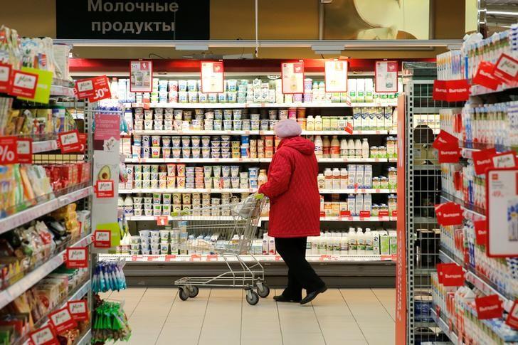 © Reuters. Покупательница в супермаркете Виктория в Москве