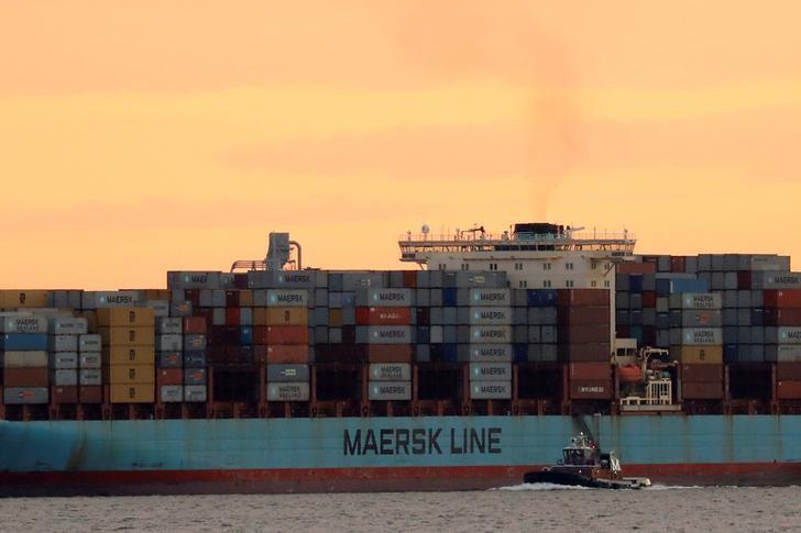 © Reuters. Контейнеровоз Adrian Maersk отбывает из порта Нью-Йорка