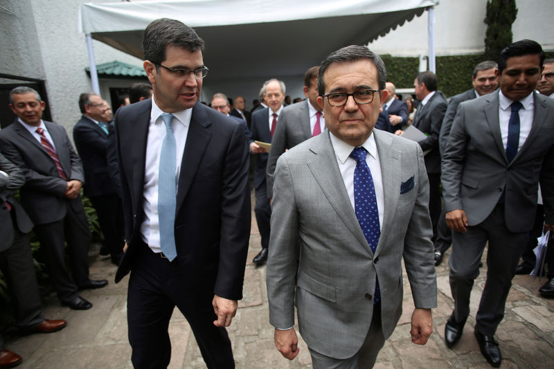 © Reuters. Mexico's Economy Minister Ildefonso Guajardo and Maximo Bedolla, president of the Mexican Iron and Steel Industry Chamber arrive at a meeting in Mexico City